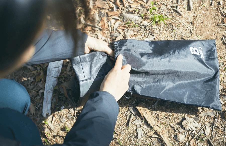 柔らかいのでクルクル丸めて専用の収納袋に。